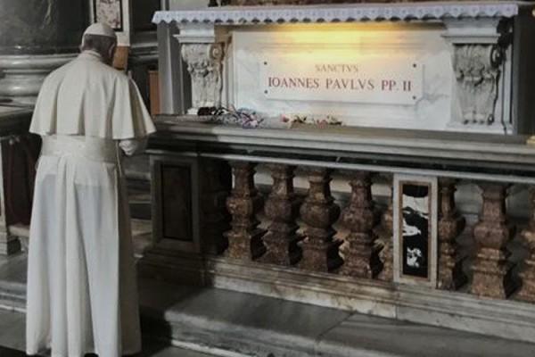 PapaFranciscoTumbaJPII VaticanMedia 22102018
