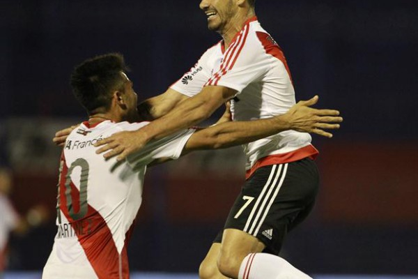 El salto de calidad: Mora celebra con Pity Martínez el 2-0 de River sobre Tigre; el uruguayo selló una acción individual de Palacios