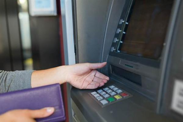 Extraer dinero de un cajero automático en el exterior puede costar hasta 380 pesos