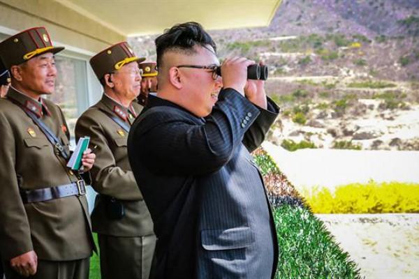 El líder norcoreano Kim Jong-Un mirando el Concurso de tiro al blanco de las Fuerzas Especiales de Operación de la KPA; en una ubicación no revelada en Corea del Norte