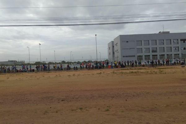 Venezolanos esperando en la superintendencia de la Policía Federal para entrar a Boa Vista. Foto @amarocky.