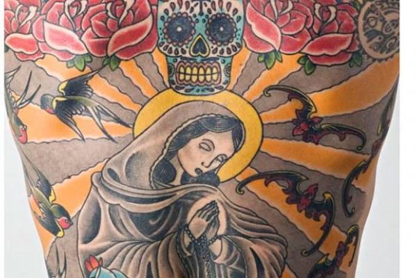Resultado de imagen para Vendió su espalda como lienzo y será enmarcada cuando muera