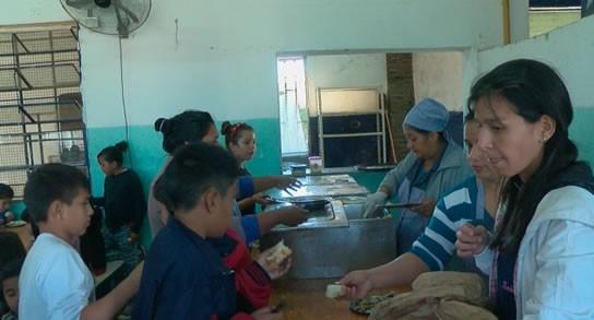Más de 10 mil chicos siguen en comedores escolares en verano