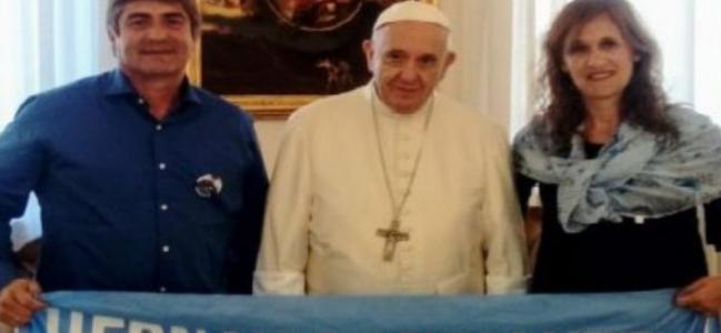 Francisco recibió al hermano de un tripulante del Ara San Juan