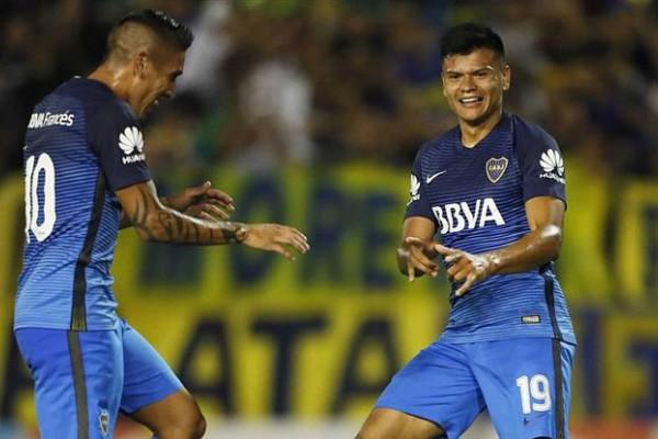 Centurión, gestor del primer tanto, y Bou, autor del segundo gol de Boca en Mar del Plata (Foto: Twitter oficial del