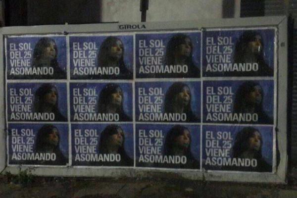En la vía pública se pueden observar carteles con la leyenda