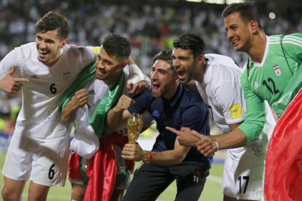 Los jugadores celebran la clasificación con una mini copa del mundo.