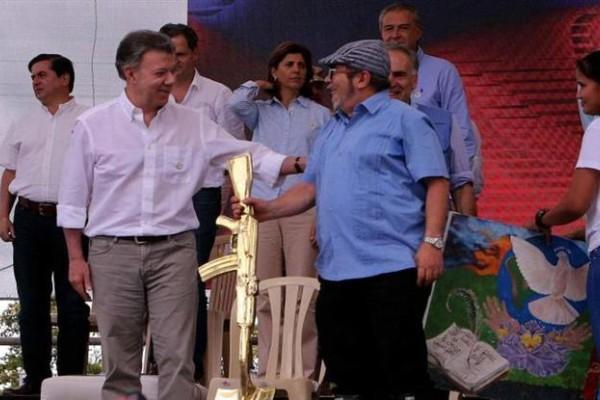 El presidente Santos y el máximo jefe de la guerrilla, conocido como