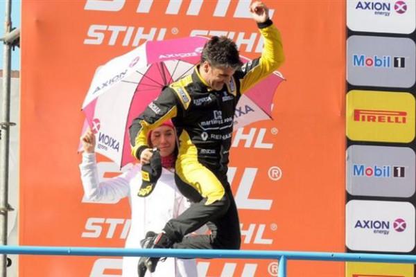 Spataro celebra en el podio de Rafaela. (Foto prensa Súper TC 2000).