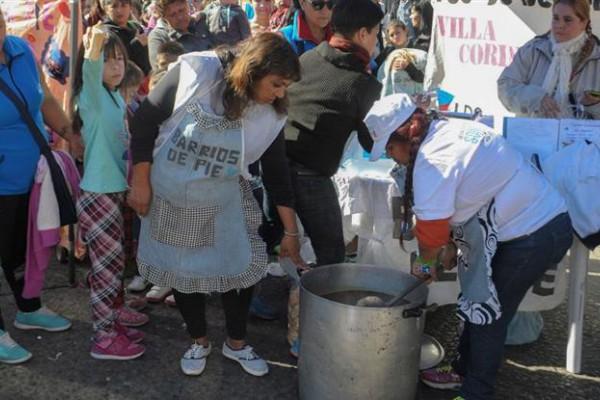 Barrios de Pie, la Corriente Clasista y Combativa y la CTEP planifican marchas y ollas populares en las puertas de grandes hipermercados.