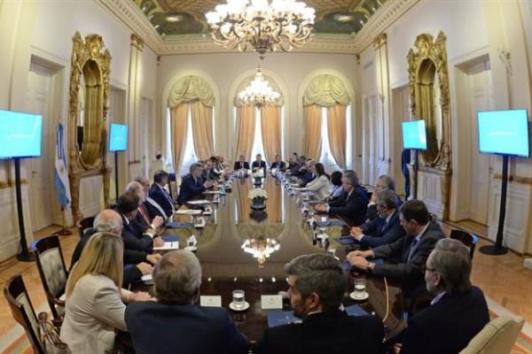 El Presidente encabezó una reunión con los mandatarios provinciales en la Casa Rosada. Hace dos semanas, ejecutivos opositores cerraron filas para