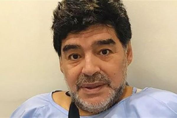 Junto con una foto en la cual se lo ve aún con la ropa de la clínica donde fue intervenido y un cabestrillo para sostener el brazo, Maradona añadió: