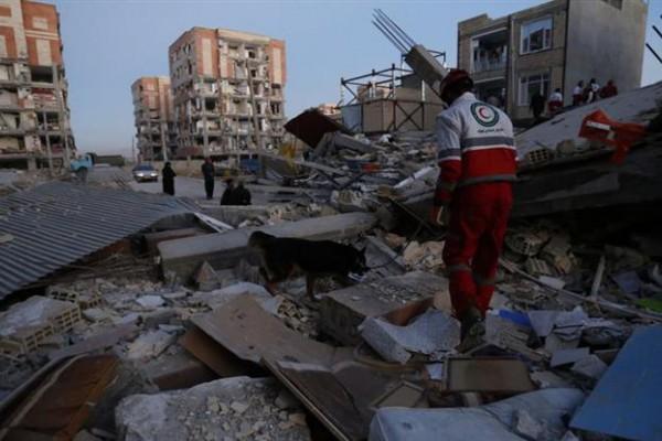 Los socorristas buscan sobrevivientes en medio del inminente peligro de derrumbe en numerosos edificios