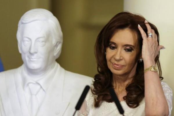 Cristina llega para declarar por el dólar a futuro