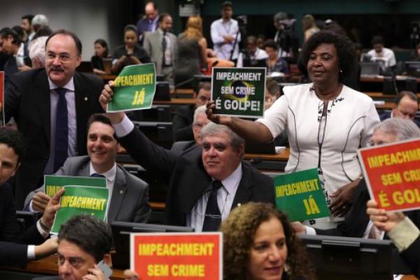 Comisión parlamentaria aprobó juicio político a Dilma