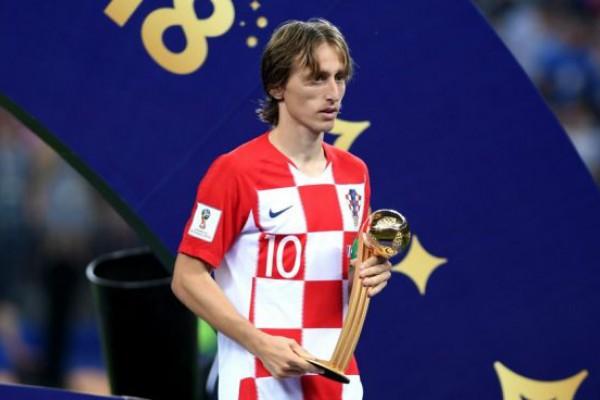 modric con el trofeo que le acredita como balon de oro del mundial. getty 655x368