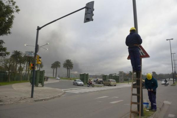 Operarios de la Intendencia trabajaban ayer instalando carteles y plantines