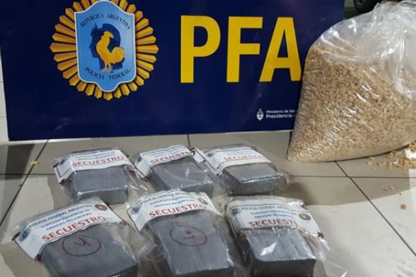 Incautaron más de seis kilos de cocaína escondidos en una bolsa de maíz inflado