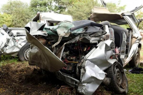 Al menos seis muertos al chocar un auto y un colectivo en la ruta 34